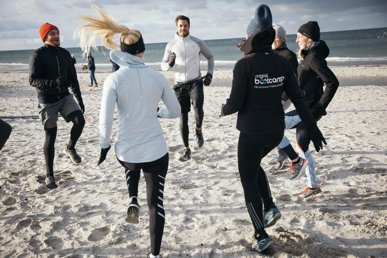 Teilnehmer beim Fitness Training am Strand in Heiligenhafen