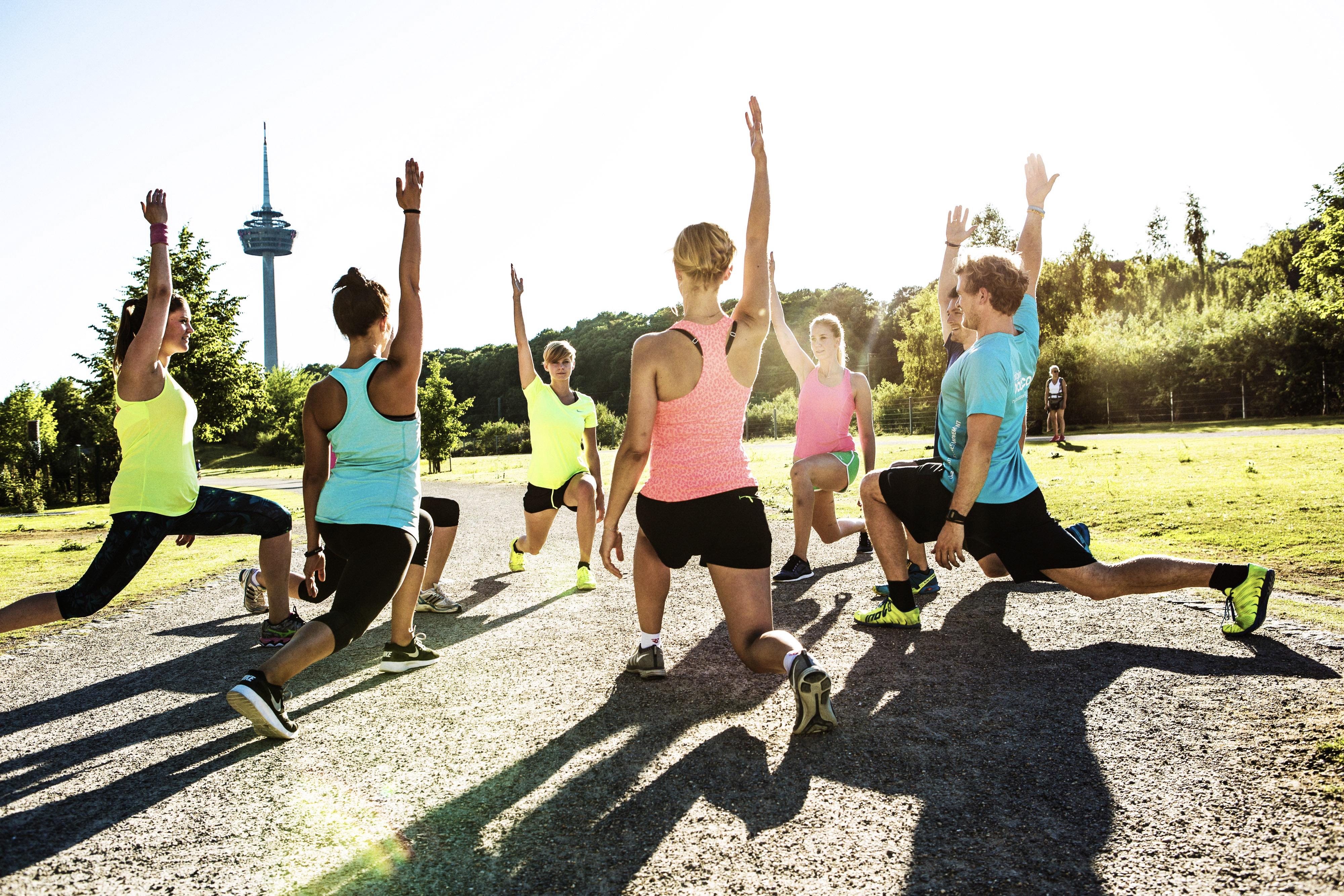 Original Bootcamp Teilnehmer beim Stretching.